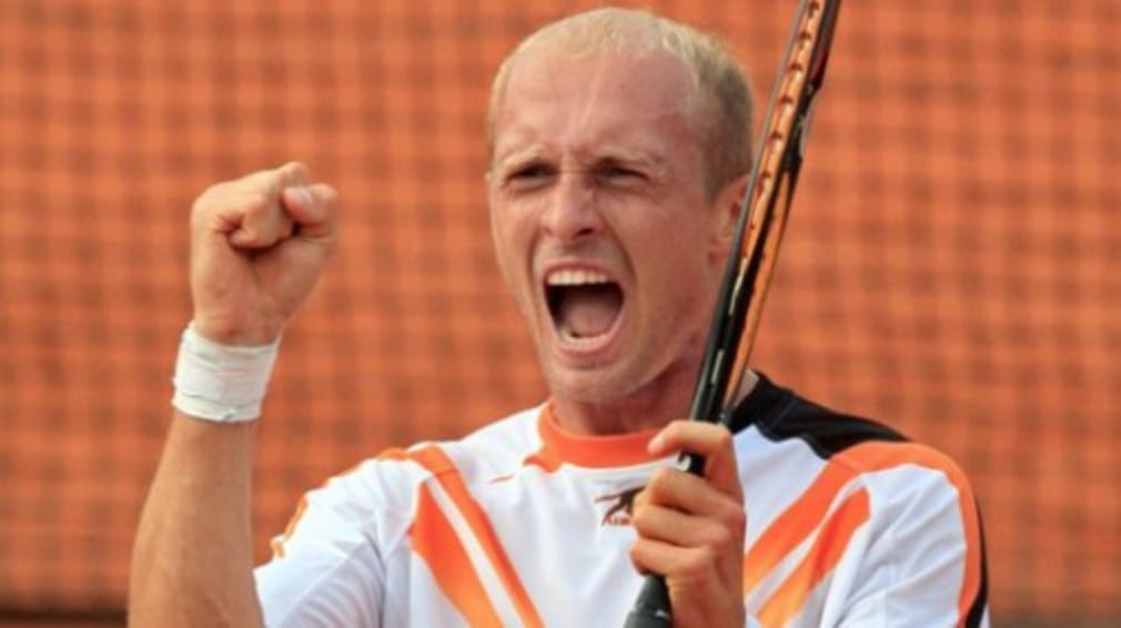 The Russian wins his third title of the year with a straight-sets victory over defending champ Tommy Robredo