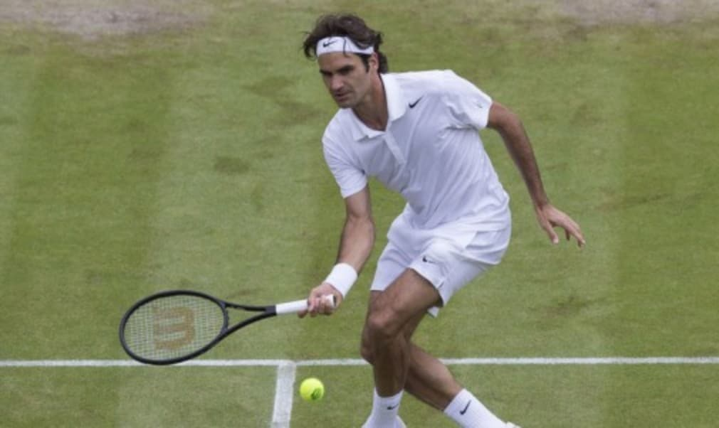 Roger Federer kept his bid for an eighth Wimbledon title on track with a 3-6 7-6(5) 6-4 6-4 quarter-final victory over Stan Wawrinka