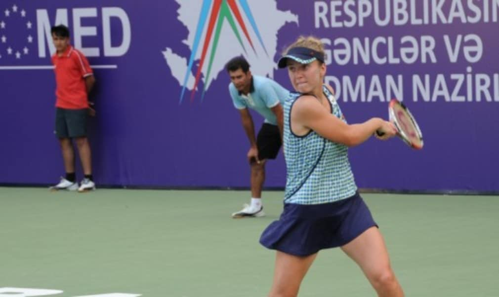 Defending champion Elina Svitolina set up a semi-final meeting with former French Open champion Francesca Schiavone at the Baku Cup on Friday